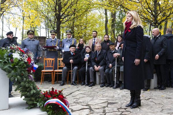 Prezidentka Zuzana Čaputová, v pozadí vojnoví veteráni počas pietneho aktu kladenia vencov k centrálnemu krížu na vojenskom cintoríne Petržalka – Kopčany v Bratislave 11. novembra 2019.