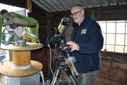 Igor Kudzej ukazuje špeciálny slnečný ďalekohľad Coronado s filtrom.