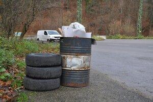 Dnes už musí staré pneumatiky od vás zobrať každý predajca aj autoservis, aj tak sa ich niekto zbavuje aj takýmto spôsobom.