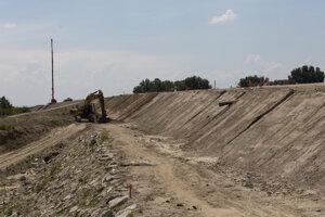Výstavba diaľnice D4 medzi Mostom pri Bratislave a jazerom Zelená voda.