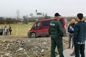 Na mieste stavby asistovala polícia.