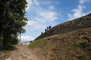 Úprava koruny západnej hradby Dolného hradu.