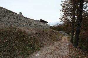 Západná hradba Dolného hradu po sanácii.