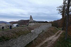 Obnovená západná hradba Dolného hradu od hlavnej vstupnej brány.