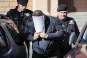 Momentka zo zadržania obvinených v októbri 2017 a ich privážanie na ŠTS, kde sa rozhodovalo o väzbe.