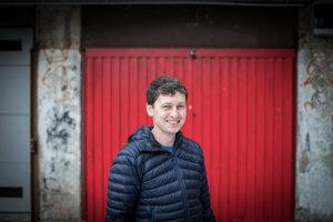 Branislav Chrenka (36) študoval geografiu na Univerzite Komenského v Bratislave. Študoval a pracoval v Škandinávii a Írsku. Pracoval potom v Slovenskej agentúre pre cestovný ruch a v Bratislavskom kultúrnom a informačnom stredisku. V roku 2010 s bratom založili firmu Authentic Slovakia, ktorá organizuje netradičné turistické prehliadky. Okrem postkomunistických prehliadok Bratislavy na starých škodovkách organizujú aj cyklotúry popri bývalej železnej opone či alternatívne gastrozážitky.