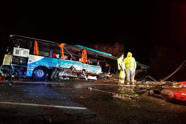 Zničený autobus, v ktorom zahynulo 12 ľudí.
