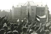 November 89: Plné levické námestie.