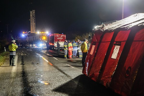 Miesto tragickej dopravnej nehody autobusu a nákladného auta na zlatomoraveckej ceste pri obci Malanta.