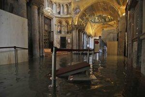 Voda prenikla aj do Baziliky svätého Marka a spôsobila škody na murive budovy.