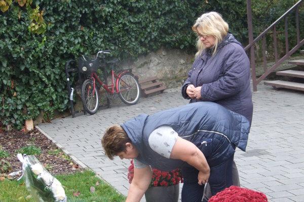 Zuzana a Janka prišli pred kultúrny dom v Kolíňanoch zapáliť kahanček obetiam nehody.