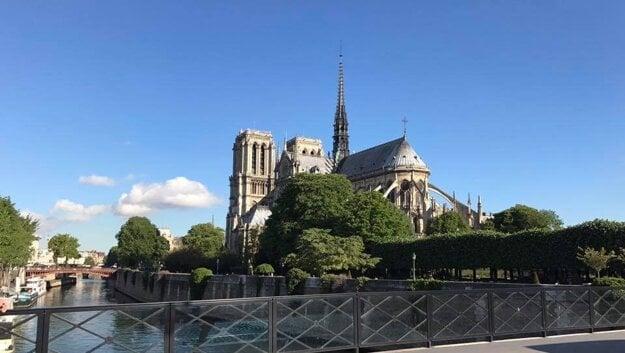 Notre-Dame pred požiarom, s ikonickou vežičkou v strede. Bude mať iný, progresívny vzhľad?