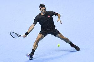 Roger Federer počas zápasu proti Novakovi Djokovičovi na turnaji majstrov v Londýne 2019.