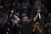 Roger Federer oslavuje triumf nad Novakom Djokovičom na turnaji majstrov v Londýne 2019.