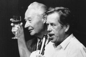24. november 1989. Vedúca osobnosť politických zmien v novembri 1989 Václav Havel a vedúca osobnosť Pražskej jari 1968 Alexander Dubček si pripíjajú na rezignáciu predsedníctva Komunistickej strany Československa.