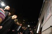 Prezidentka SR Zuzana Čaputová (tretia zľava) po zapálení sviečky pri pamätnej tabuli na Námestí Nežnej revolúcie pred Starou tržnicou v Bratislave pri príležitosti 30. výročia Nežnej revolúcie.