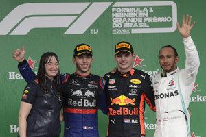 Pódium po Veľkej cene Brazílie 2019. Pierre Gasly (druhý zľava) víťazný jazdec Red Bullu Max Verstappen a tretí Lewis Hamilton z Mercedesu.