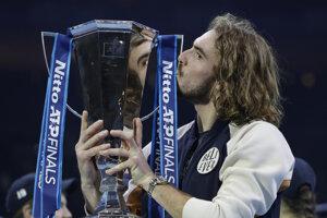 Stefanos Tsitsipas s trofejou za víťazstvo na ATP Masters.