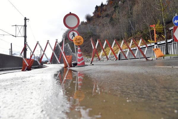 Dopravné obmedzenia pri stredisku Zell am See spôsobili topiace sa snehové zrážky.