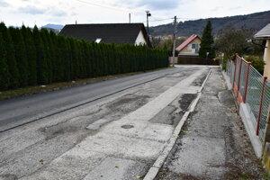 Cesta, ktorá bola po prácach na vodovode zničená a vyžiadala si opravu.