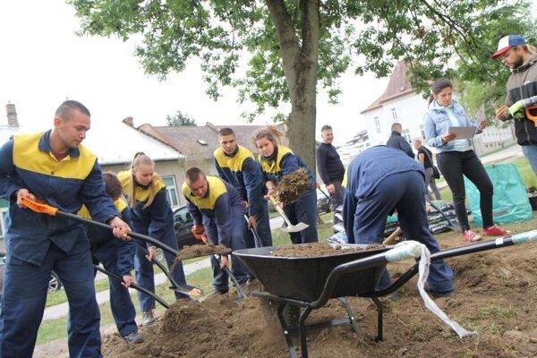 Pri budovaní dažďových záhrad pomáhali aj študenti a dobrovoľníci.