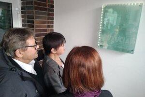 Rodičia Jána Kuciaka pri pamätnej tabuli na bytčianskom gymnáziu.