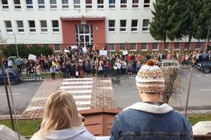 Na snímke študenti a pedagógovia Evanjelického gymnázia Tisovec v okrese Rimavská Sobota a ďalších dvoch škôl v meste počas takzvanej spomienkovej demonštrácie.