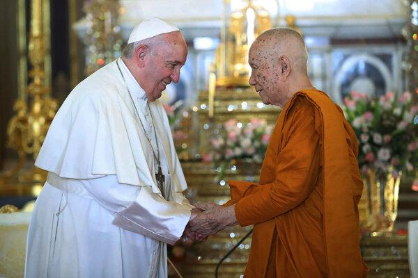 Pápež František navštívil v Thajsku aj budhistický chrám Sathit Maha Simaram, víta ho Somdet Phra Sangkharat Sakonlamahasangkhaparrinajok.