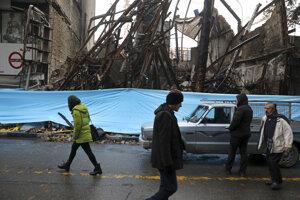 Trosky zhoreného domu v Teheráne po protestoch.