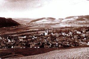 Stará fotografia Považskej Bystrice. V pozadí Považská Telplá. Vzadu vparavo hore čierny obdĺžnik je hora, o ktorej píše Margita Sumegová svoj príbeh z minulosti.