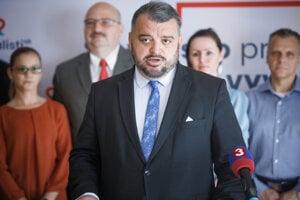Predseda hnutia SOCILAISTI.SK Eduard Chmelár (v popredí).