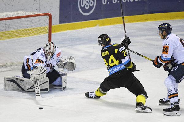 Brankár S. Škorvánek (vľavo) v Detve podržal svoj tím.