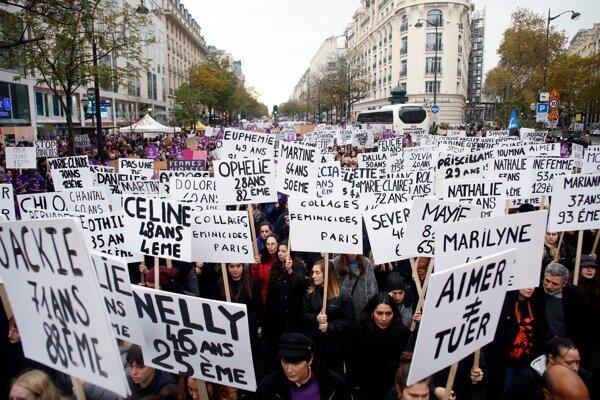 Protestujúci držia transparenty s menami žien, ktoré v tomto roku zabili ich partneri. Paríž, 23. november 2019.