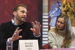 Zľava režisér Giorgio Madia a sólistka Nina Ravasová, ktorá hrá postavu Dorotky.