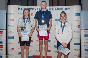 Lilian Slušná na najvyššom stupni víťazov na 50 m voľný spôsob v novom slovenskom rekorde.