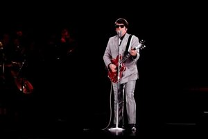 Aj z Roya Orbisona je hologram. Hrá a vystupuje.