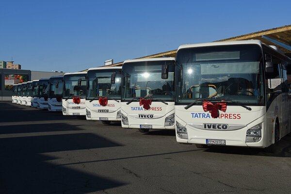 Nové autobusy na autobusovej stanici počas ich slávnostného nasadenia na linky prímestskej dopravy SAD v Poprade.