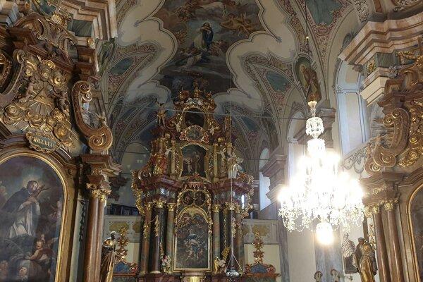Zreštaurovaný hlavný oltár z roku 1726 vo františkánskom kostole Nanebovzatia Panny Márie vo Fiľakove.