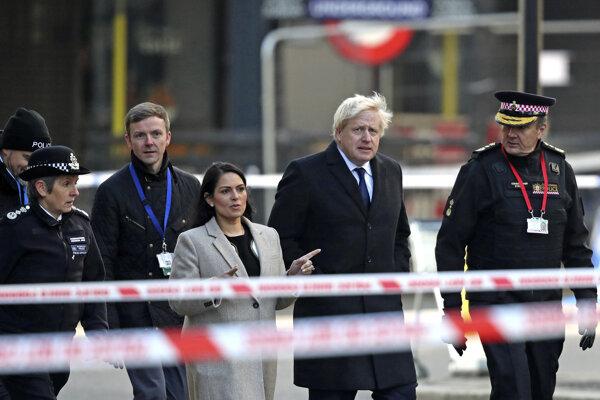 Boris Johnson (druhý sprava) navštívil miesto činu spolu s ministerkou vnútra Priti Patelovou.