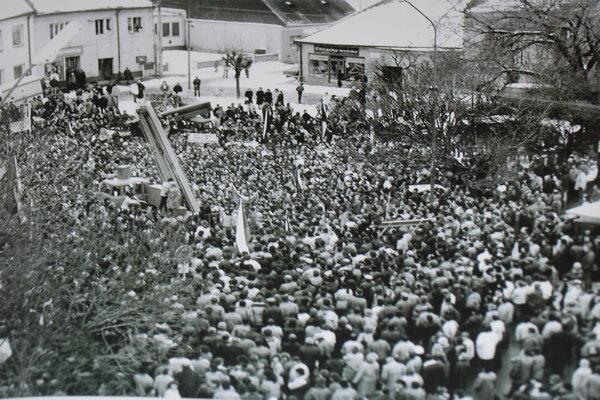 Počas generálneho štrajku bolo Námestie slobody vNovom Meste nad Váhom plné.