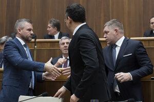 Premiér, Kamenický a šéf Smeru Fico si gratulujú po schválení štátneho rozpočtu.