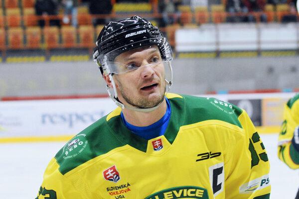 Pravý obranca Michal Novák si vposlednom zápase obliekol kapitánsky dres asvoj tím doviedol  proti silnému Martinu do víťazného konca.