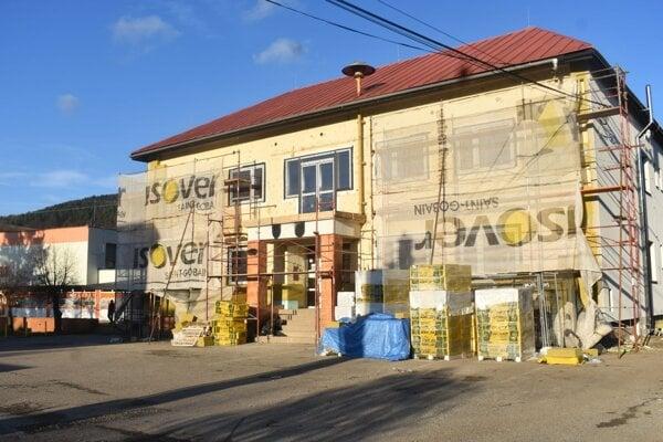 Z rekonštrukcie budovy obecného úradu.