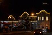 Mestský úrad vo Fiľakove s vianočným osvetlením.