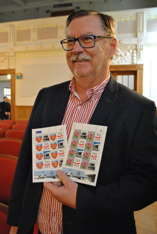 Riaditeľ Jaroslav Dóczy dostal od filatelistov špeciálnu známku.