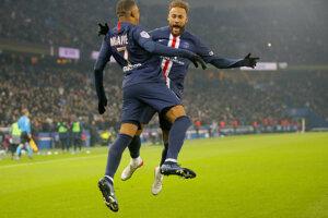 Kylian Mbappé a Neymar oslavujú.