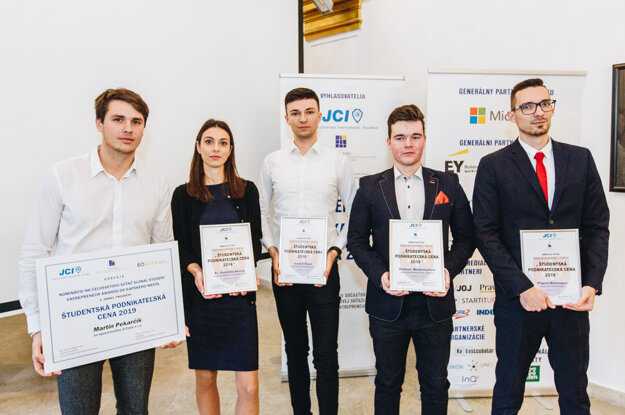 Finalisti Študentskej podnikateľskej ceny 2019: Zľava - Martin Pekarčík, Dominika Bírová, Ivan Iľko, Kade Mackintosh a Filip Bevelagua.