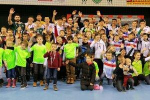 O výbornú atmosféru v dueli Prešova s Pekingom sa postaralo množstvo nádejných hádzanárov.