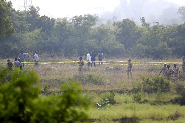 Podozriví muži mali polícii pomôcť s rekonštrukciou udalostí na miestach, kde sa údajne odohralo znásilnenie a kde našli  spálené telo.