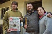 Partiu mladých ľudí sme zastihli pri prerábke starého domu po prarodičoch v Stupnomn.